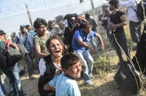 """Türkiye Foto Muhabirleri Derneği'nin düzenlediği """"TFMD Yılın Basın Fotoğrafları 2016"""" yarışmasının sonuçları açıklandı. Yılın Foto Röportajı dalında birinciliği, Tel Abyad'dan gelerek Akçakale sınırı aşıp Türkiye'ye sığınan Suriyeliler fotoğraflarıyla AFP'den Bülent Kılıç elde etti. ( AFP / Bülent Kılıç - Anadolu Ajansı )"""