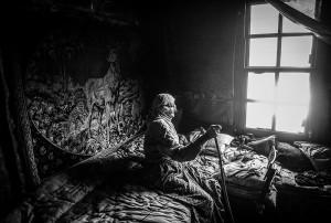 """Türkiye Foto Muhabirleri Derneği'nin düzenlediği """"TFMD Yılın Basın Fotoğrafları 2016"""" yarışmasının sonuçları açıklandı. Yarışmada Portre Fotoğrafı üçüncülüğünü, Samsun'un Çarşamba ilçesinde yaşayan ve bir asırı aşan yaşıyla Refiye Dursun'un zamanının büyük bir bölümünü evinde geçirmesini yansıtan fotoğrafıyla Anadolu Ajansı'ndan Erçin Top elde etti. ( Erçin Top - Anadolu Ajansı )"""