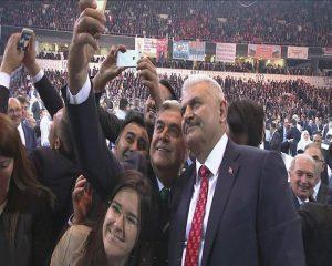 BInali Yildirim, de nieuwe premier van Turkije, neemt een selfie met zijn fans.