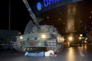 In het Turkse Istanboel is een man voor de rupsbanden van een tank gaan liggen bij de luchthaven Atatürk